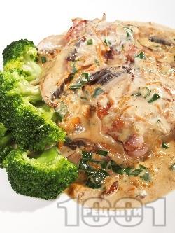Задушени гъби печурки с масло, пресни лук и чесън, магданоз, копър и течна готварска сметана на тиган - снимка на рецептата